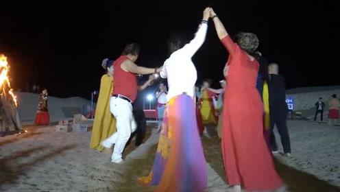 神仙生活!游客沙漠里烤全羊配火锅,围着篝火跳起民族舞