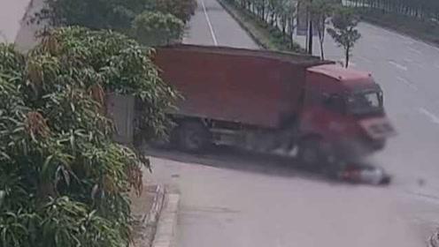 男子被撞身亡却被判担全责:单手骑摩托看手机,超载逆行超速
