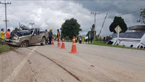 载19名中国游客大巴在泰国遇交通事故多人受伤 中方已派员处置