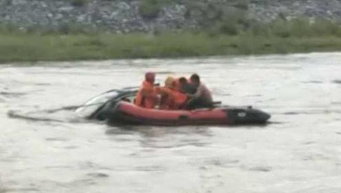 洪水淹没桥梁,越野车被冲出百米远,两人被困