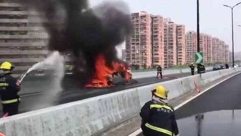 突发!杭州上塘高架一商务车自燃 后方堵车近3公里