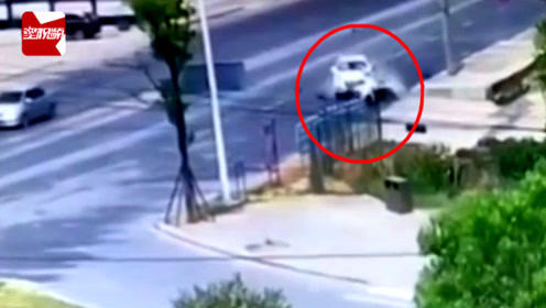 江西一女子带娃骑电瓶车,遭SUV猛撞推行冲进路边沟当场身亡