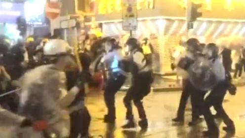 非法示威者当街追打警察后又作秀下跪 网友:演技满分