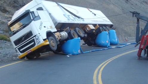 给超大卡车使用充气千斤顶,没想到三个就顶起来了?