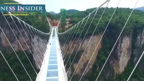 大量游客涌入玻璃桥,玻璃突然碎裂,镜头拍下瞬间