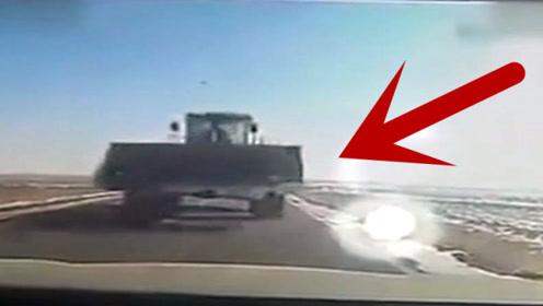 大铲车迎面冲来,坚持按喇叭还是跳车,各位老司机会选择怎么做?