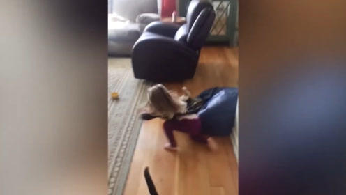 萌宝,你是想跟小猫咪玩耍吗?真是好有爱啊!