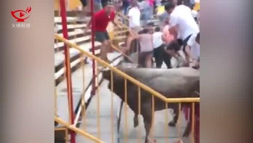 暴躁公牛跳出围栏冲向人群,观众惊声尖叫四散逃跑