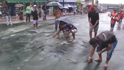 暴雨后,道路下水道不断冒出东西,路人看清后场面瞬间失控!