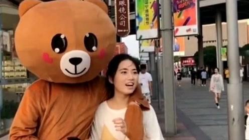 网红熊不老实发传单,又在街上撩妹子,老板迟早会开除你的