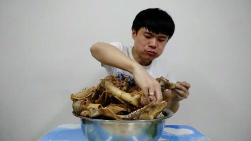 猪肉太贵吃不起,小伙怒买100块的骨头来解馋,一个人吃一盆