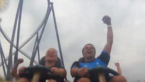 神反应!男子坐过山车时抓住前排掉的手机 激动地与后座击掌欢呼
