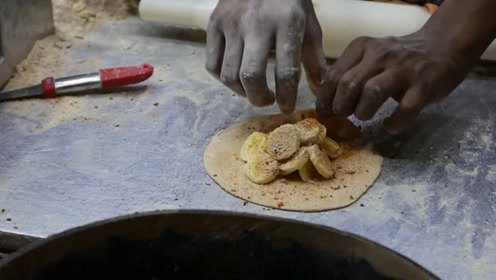 大哥街头卖香蕉炸饼,两个小时能卖500多个!