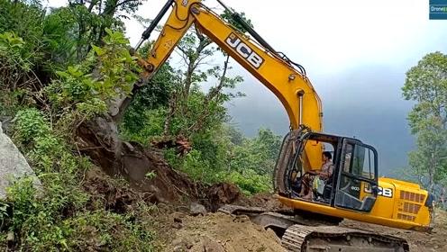 JCB挖掘机拓宽丘陵狭窄道路