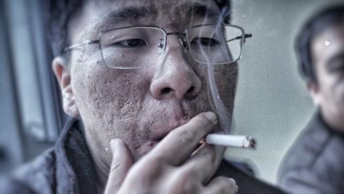 小伙子嗜烟如命,普通烟满足不了他时,他打起了排气管的主意!