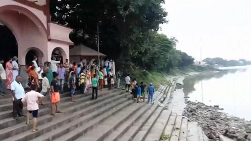 平静的河面突然出现异常,引来了好多人看热闹