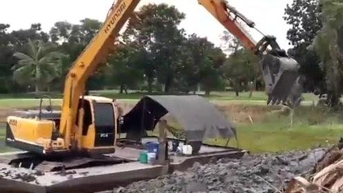 河船上作业的挖掘机