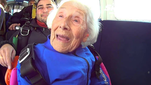 国外96岁高龄老人挑战高空跳伞,全程非常淡定,看完让人佩服!