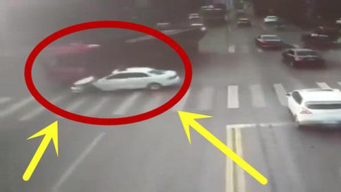 轿车路口转弯不看后视镜,下一秒被撞成废铁,究竟是对是错?