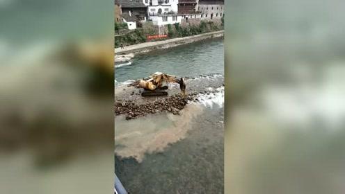 这台挖掘机想干嘛?把河堤都挖开了!