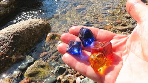 老外野外捡到罕见石头 拿起后才知遍地是宝