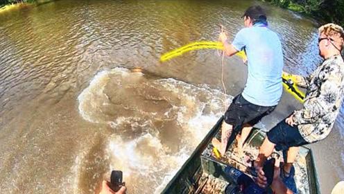 小伙从水里钓上来一个庞然大物,出水的那一刻知道啥叫惊喜