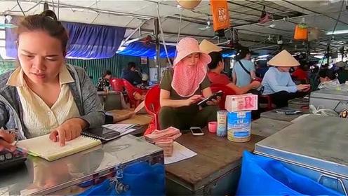 越南街头一奇景:大捆人民币当街摆在桌上,这是什么操作?
