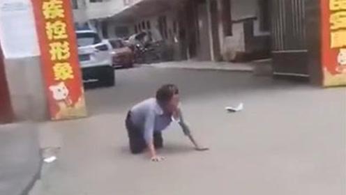 老人街头跪着学狗叫 警方将其控制紧急送医