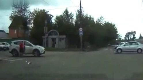 新手司机上路不看路,车头被撞成废,魂都快吓没了