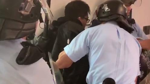 快闪现场:暴徒施暴,警察依法拘捕市民欢呼