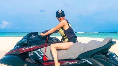 刘嘉玲晒海边度假照 穿泳衣骑水上摩托性感洒脱心情好