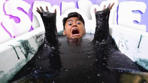 现实版毒液小伙,自制一浴缸毒液要与它融为一体,镜头记录全过程