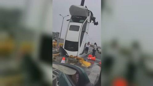 """行车记录仪拍下全过程!女子将轿车""""开上天"""",原来是这样操作的"""