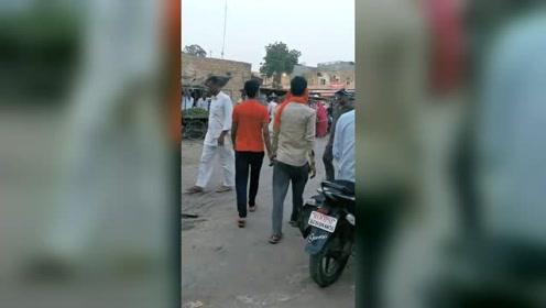 在印度,男人都是手牵手走路的