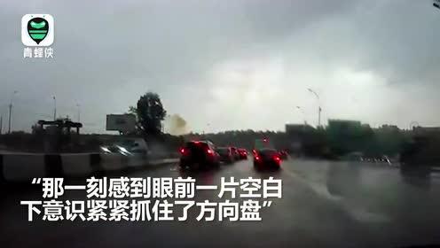 轰隆两声巨响,两道雷劈中正行驶的汽车目击者当场被吓懵