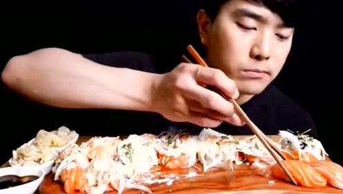 大胃王大叔吃三文鱼寿司,大口大口的吃,吃的真香!