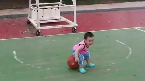肉嘟嘟的小宝宝打篮球,结果追到篮球马上坐上去,太搞笑了!