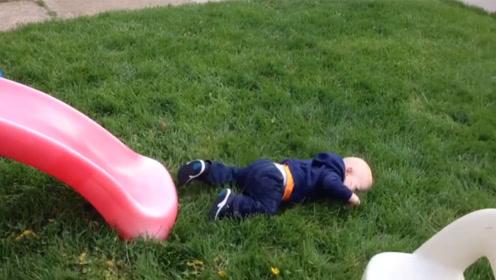 萌宝在草坪睡觉?情况不是这样子,罪魁祸首在身后!