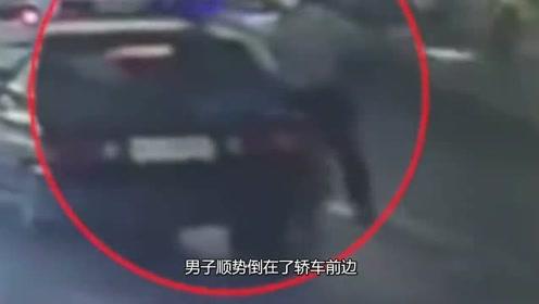 愚蠢男子碰瓷躺车前不起,谁料下来一车警察,下秒真怂!