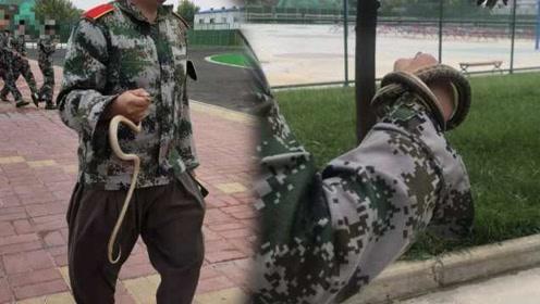 """军训路上2次遇同一拦路蛇,学生教官徒手抓起""""教训"""""""