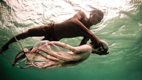 """世界上最后的""""人鱼族"""",吃喝拉撒都在水中,一上岸就会晕倒!"""
