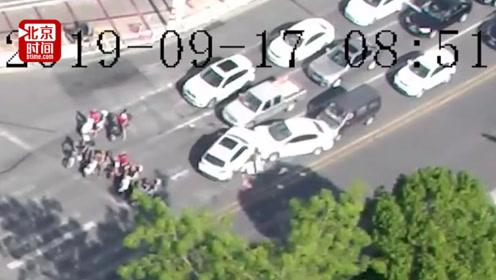宝马连撞3车电动车女驾驶员身陷车底 几十名路人合力抬车救人