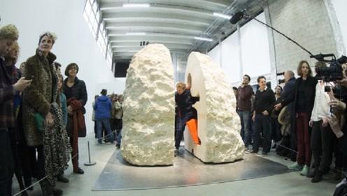 """艺术家为追求""""孤独"""",将自己锁在石头3天,网友:想不开?"""