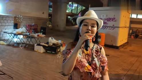 女歌手小红演唱《故乡的雨我和你》歌声好听极了