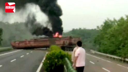 货车运载采砂船高速上撞护栏,船只横跨公路起火,车上2人逃生