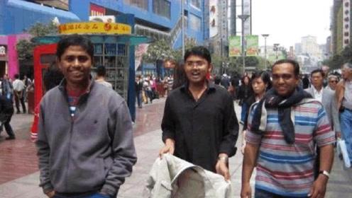 印度三兄弟来中国旅游,在街头看到这幕很骄傲:我们比中国人有钱