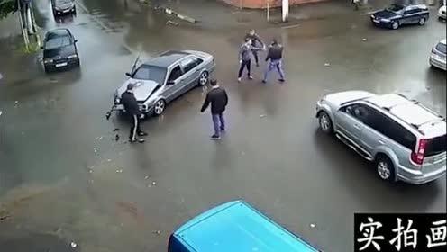 两车发生摩擦!街头上演格斗好戏不愧是战斗民族!