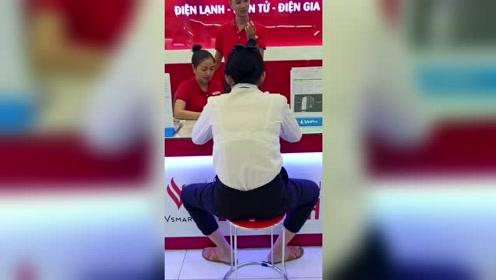 中国人对越南的影响力好大,柜台前办业务的姿势一样霸气