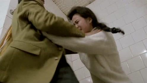 美女刚进厕所就被跟踪,一个男人出现在面前,下一秒却令人意外