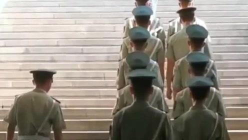 武警战士巡逻,身姿笔直队伍整齐!路人:中国军人就是帅!